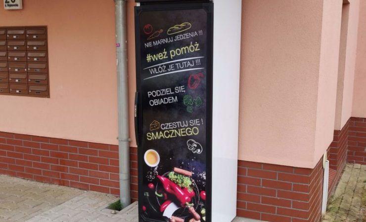 Lodówka społeczna na osiedlu TBS we Wrocławiu – podziel się jedzeniem